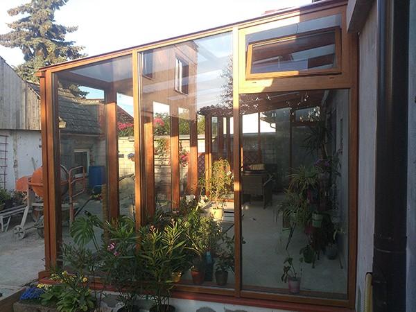 Větrací lichoběžníkové okno